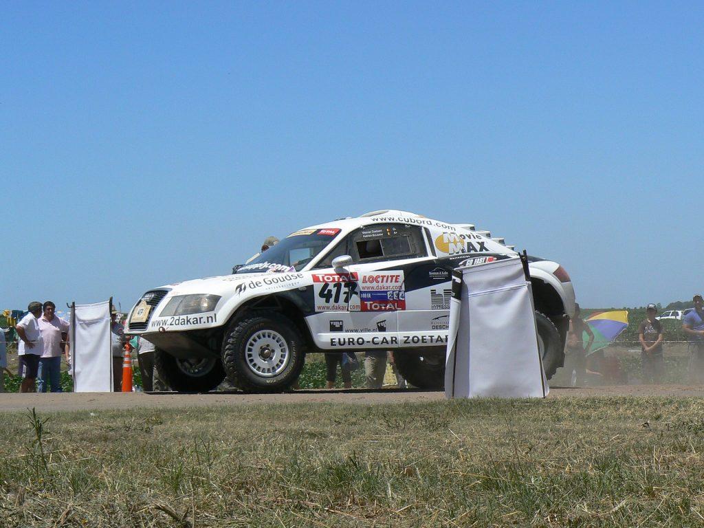 Dakarralliin valmistautuva auto